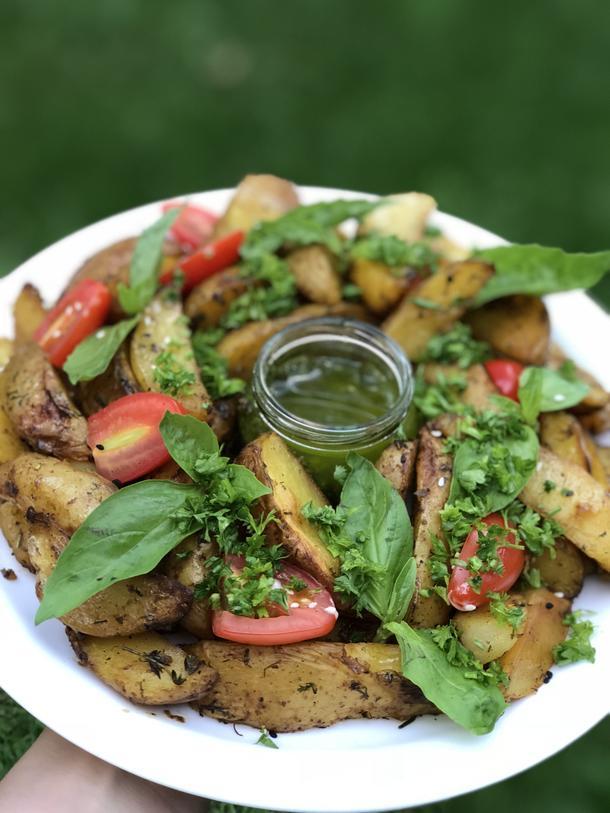 """Картофель с прованскими травами, чесночком и соусом """"Песто"""""""