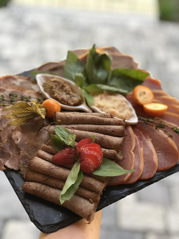 Ассорти из мяса (язык говяжий, салями, ростбиф, карбонад)